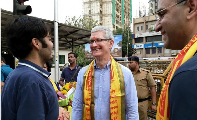 Tim Cook Announces His VR Plan during India Trip