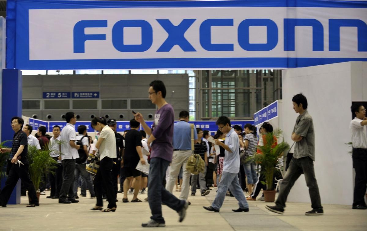 Govt. Bailout Seeked by Japan Display while Profits of Foxconn Down 31% Show that iPhone  Suppliers are Facing a Few Problems
